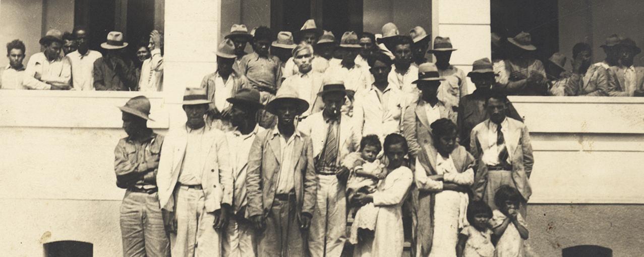 A imagem mostra migrantes, procedentes do Pernambuco, posando na Hospedaria do Brás