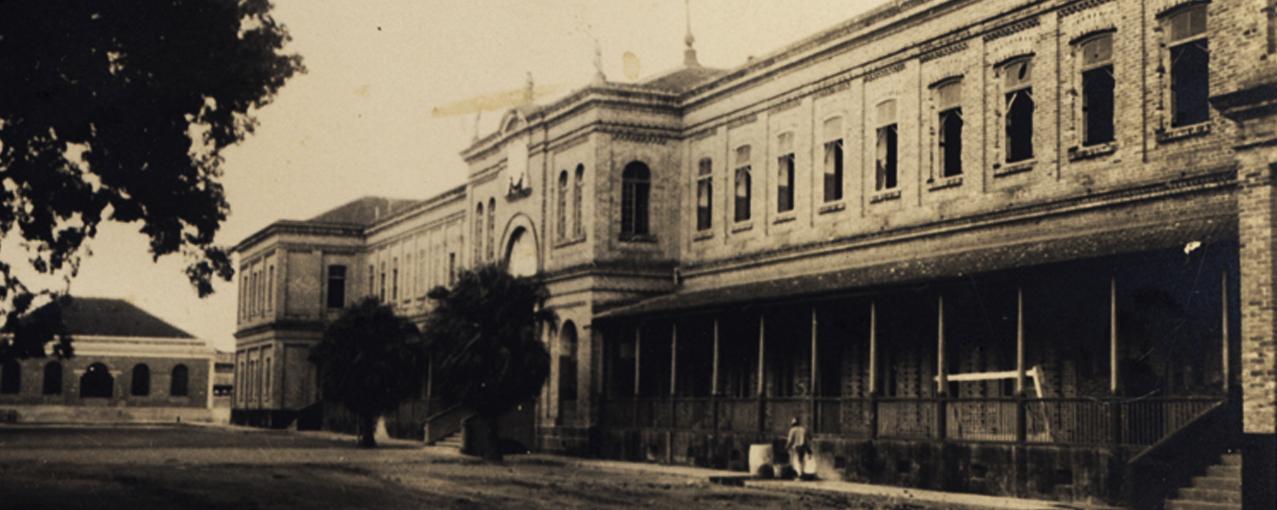 A imagem mostra a fachada da Hospedaria de Imigrantes do Brás no passado