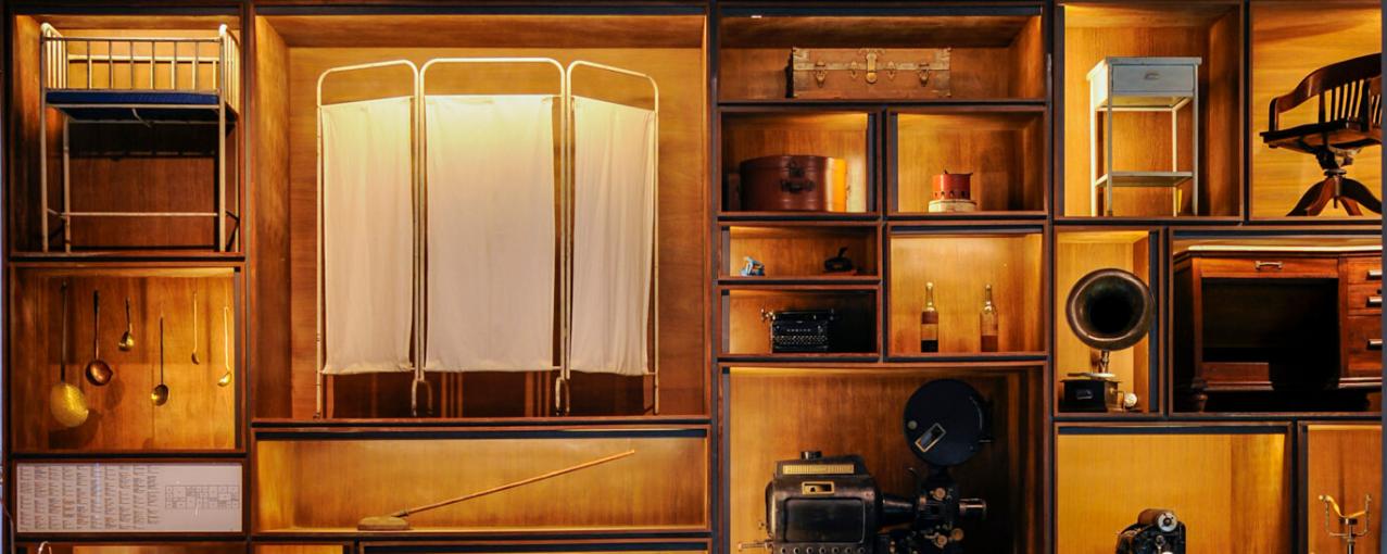 Foto de estante com objetos do acervo do museu.