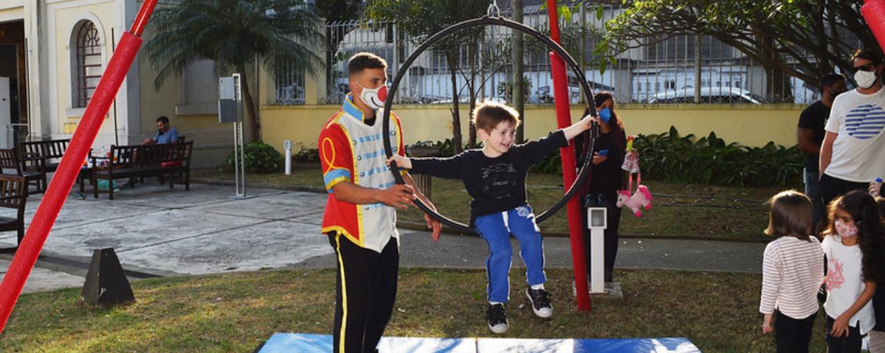 atividade de circo no jardim do museu