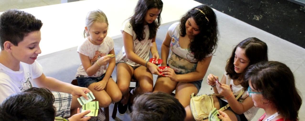 Crianças em roda jogando cartas