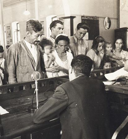 Família de migrantes sendo registrada na Hospedaria - Acervo Museu