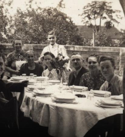 Com o intuito de discutir as relações entre alimentação e migração, foi realizada uma ação participativa pelas redes sociais para que migrantes e seus descendentes compartilhassem conosco seus cadernos de receita, objetos de cozinha e lembranças.