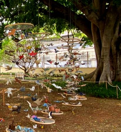 Como resultado do projeto – que teve seu edital lançado em maio de 2021 -, reunimos as 339 produções dos ceramistas em uma ocupação no jardim do Museu, com o objetivo levar mensagens positivas e de amparo emocional para o público da instituição.