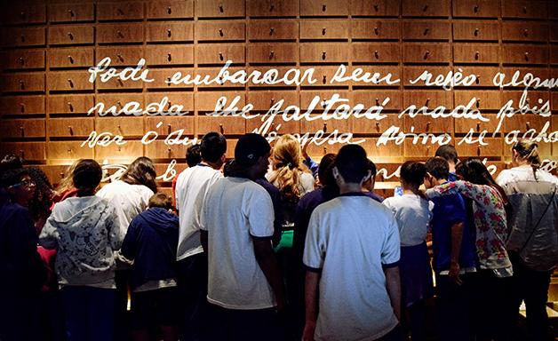 Foto de pessoas durante uma visita agendada ao museu.