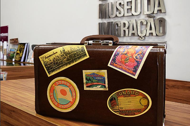 Foto de mala de viagem na loja do Museu da Imigração